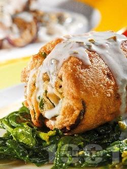 Хрупкаво пържено руло от патладжан, спанак и риба херинга панирано в брашно, яйце и галета - снимка на рецептата
